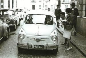 """Un """"Seat"""" circula por las calles de Huelva."""