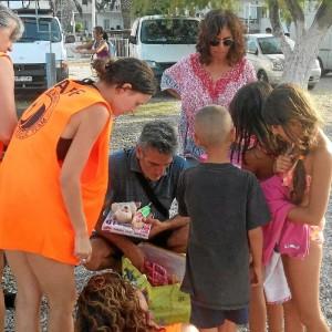 Un momento de la entrega de material a niños refugiados.