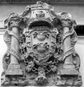 Escudo de la Casa de Medina Sidonia, en la calle Palacio, Huelva, antigua residencia de los Condes de Niebla.