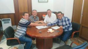 Un momento de la firma del convenio deportivo en el Ayuntamiento de Beas.
