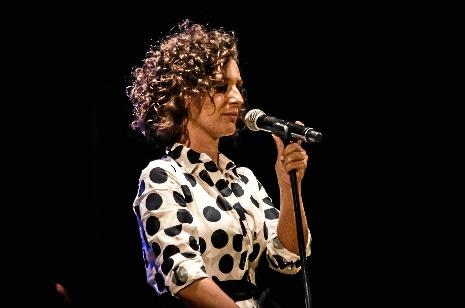 Concierto de Mara en Huelva: Familia, música, lunares y como única arma, su voz