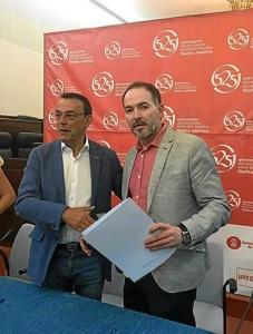 El alcalde Sebastián Fernández, junto al presidente de la Diputación Provincial de Huelva, Ignacio Caraballo, en el momento de la firma del Plan de Empleo.