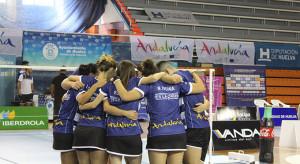 Los jugadores del cuadro de Huelva celebran su primer triunfo de la temporada.