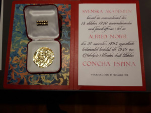 Taller en el que los niños escenifican la entrega de la medalla del Premio Nobel a Concha Espina. Diploma acreditativo.