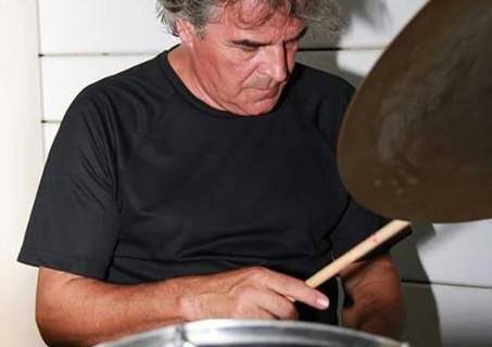 Bollullos reconoce la labor por la cultura de Fernando Carrasco Avián, pionero provincial del rock en los 80