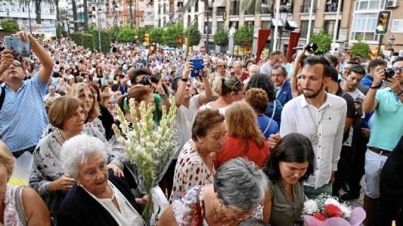 La Patrona de Huelva recibe a sus fieles durante la ofrenda floral