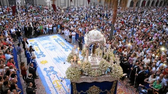 Huelva arropa a su Patrona durante su paseo por las calles de la capital onubense