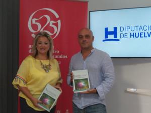 Gabriel Gómez sostiene un ejemplar de su libro en la presentación.