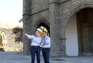 El presidente de la Diputación y en alcalde de Aracena en el castillo de esta localidad.