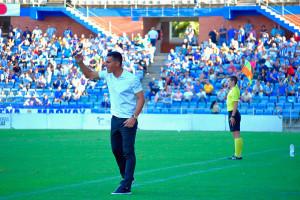Javier Casquero, entrenador del Recre, da órdenes a sus jugadores. / Foto: Pablo Sayago.