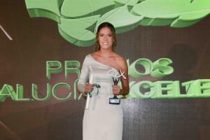 La cantante Rocío Ojuelos sostiene su premio.