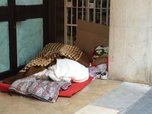Una de las personas sin hogar que pueblan las calles de Huelva.