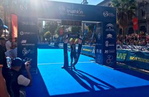 Llegada a la meta de la checa Vendula Frintova, ganadora en la prueba femenina. / Foto: @TRIATLONSP.