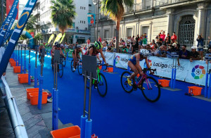 Un momento del tramo de bicicleta en la prueba masculina. / Foto: @TRIATLONSP.