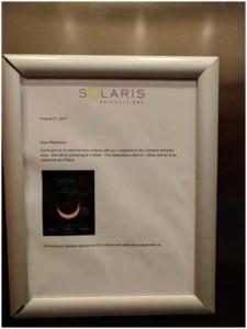 Imagen de la nota colgada en el ascensor con una captura de pantalla de la herramienta de Univisión.