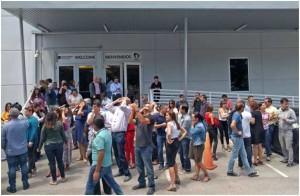 Momento en el que parte de la redacción de Univision observa el eclipse el pasado 21 de agosto en Miami.