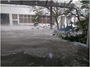 La calle donde vive Juan Jesús en pleno huracán, convertida en río y sufriendo vientos de más de 100 km/h.