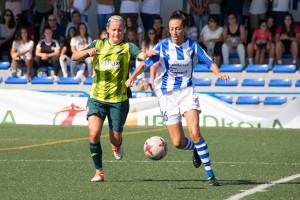 Sandra Castelló conduciendo el balón en una acción del partido.