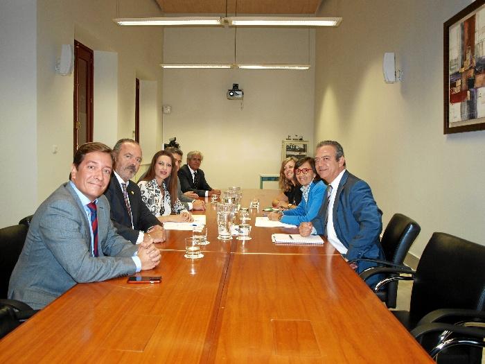 La consejera, con los representantes del Consejo Andaluz de Procuradores.