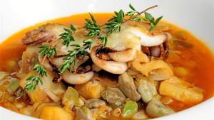 Chocos con habas, un plato típico de Huelva. / Foto: Canal Cocina.