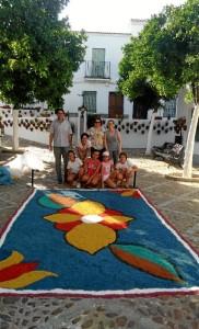 Los más jóvenes del taller, junto a la alfombra que realizaron con motivo del Corpus.