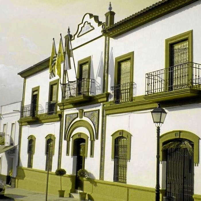 Fachada del Ayuntamiento de Puebla de Guzmán.