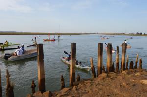 2.Casi un centenar de deportistas han salido esta mañana desde el Muelle de San Juan del Puerto hacia la Punta del Sebo.