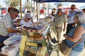 6.Cáritas de San Juan del Puerto ofreciendo dulces a los asistentes.