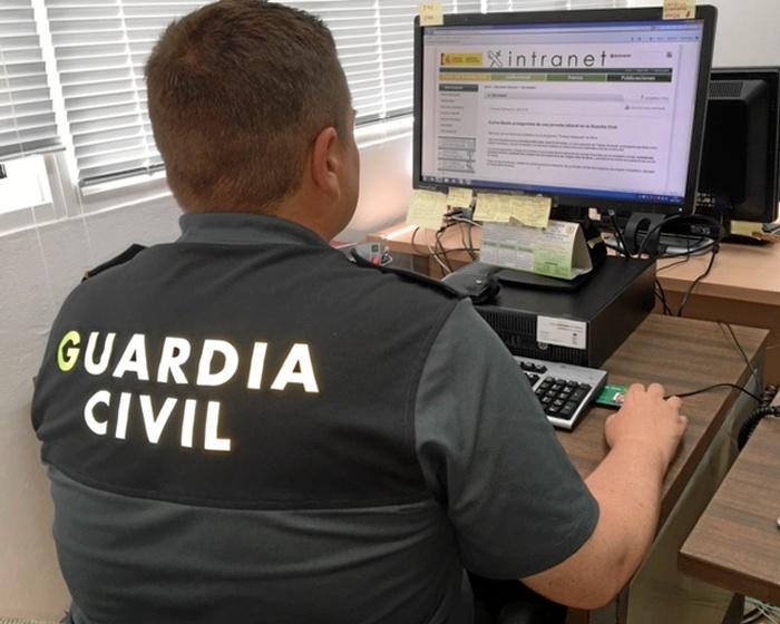 La Guardia Civil ha relacionado a tres varones como implicados en dos robos perpetrados en viviendas.