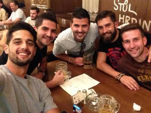 El onubense con algunos de sus amigos de Praga.