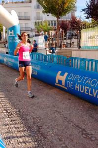 Momento de la llegada a la meta de Lidia Rodríguez, ganadora en féminas.
