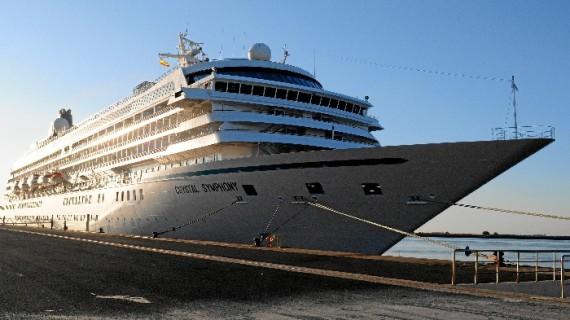El buque de cruceros Crystal Symphony recala en el Puerto de Huelva