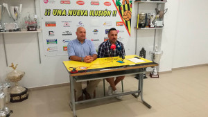 Candi junto al director técnico del San Roque, Manolo Santama -derecha-, en la presentación del entrenador. / Foto: @SanRoqueLepe.