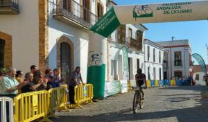 Momento de la llegada a la meta de José Carlos Macías. / Foto: Federación Andaluza de Ciclismo.