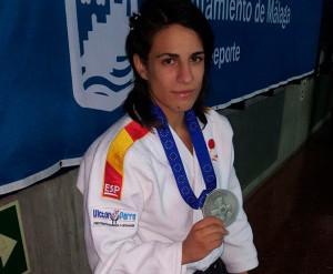 Cinta García posa con su medalla de plata conquistada en Málaga. / Foto: @JudoHuelva1.
