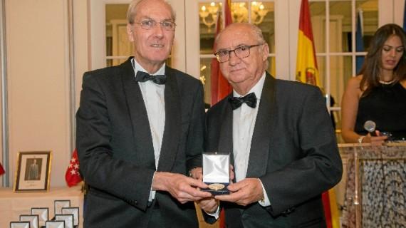 El empresario onubense afincado en Cartaya Julián Pérez Segura recibe la Medalla de Oro de los Reyes Católicos