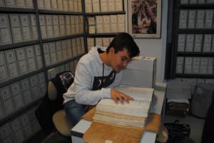 Santiago Mateo (uno de los componentes del grupo) andando en los legajos el Archivo de protocolos notariales de La Palma.