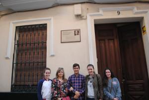 El equipo de jóvenes investigadores palmerinos en la fachada de la Casa de Gertrudis Gómez de Avellaneda, en Sevilla.