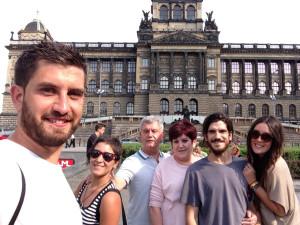 Roberto con sus padres, hermano, cuñada y su pareja, María, cuando fueron a visitarlo a Praga.