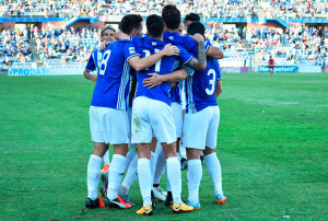 Los jugadores del Recre, una piña, tras uno de sus goles. / Foto: Pablo Sayago.