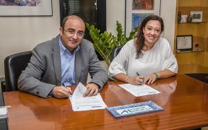 Marcos Martín, director gerente de Aguas de Huelva y Manuela Romero, presidenta del Sporting, en el momento de la firma.