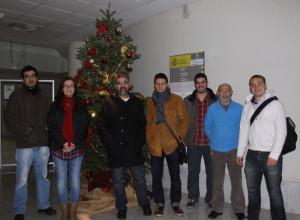 Componentes del grupo junto a uno de mis primeros becarios, Carlos Fernández Tornero, en la entrada del CIB unas Navidades cualquiera.
