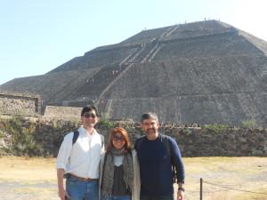 Después de un máster en la Universidad Nacional Autónoma de México (UNAM) con el Prof. Joseph D. Ng (al fondo la pirámide del Sol en la zona arqueológica de la ciudad de Teotihuacán)