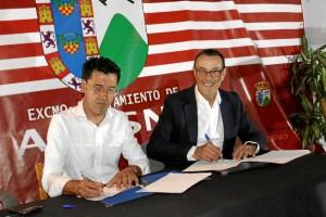 El Salón Sociocultural Antonio Machado de Alosno ha acogido la firma del memorándum de entendimiento entre la Diputación de Huelva y el Ayuntamiento alosnero.