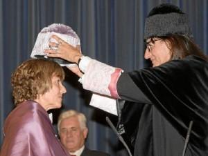 Cortil, en el momento de ser investida doctora de la Universidad de Huelva, de manos de la rectora María Antonia Peña.