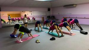 El equipo isleño, durante una sesión de estiramientos a cargo de la monitora de yoga y taichí, Grazia Renzzo. / Foto: @islacristinafc.