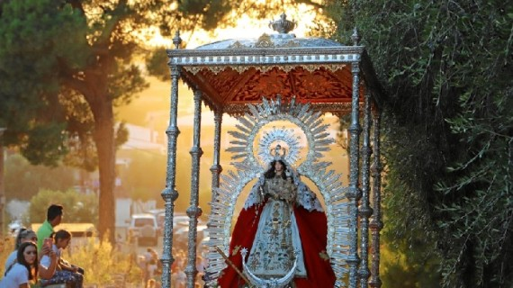 Multitudinario traslado de la Virgen de Montemayor en Moguer en un soleado domingo