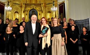 La delegada de Cultura, a la derecha d ela imagen junto a los directores de la Coral islena.