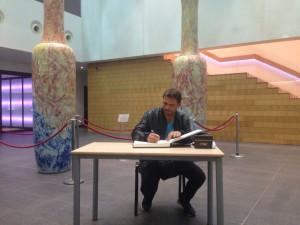 Luis Mottola firma en el Libro de Honor del Teatro.