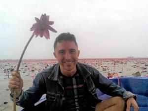 Siempre tuvo claro que quería conocer otras culturas. En la imagen, visitando el 'Red Lotus Sea'.